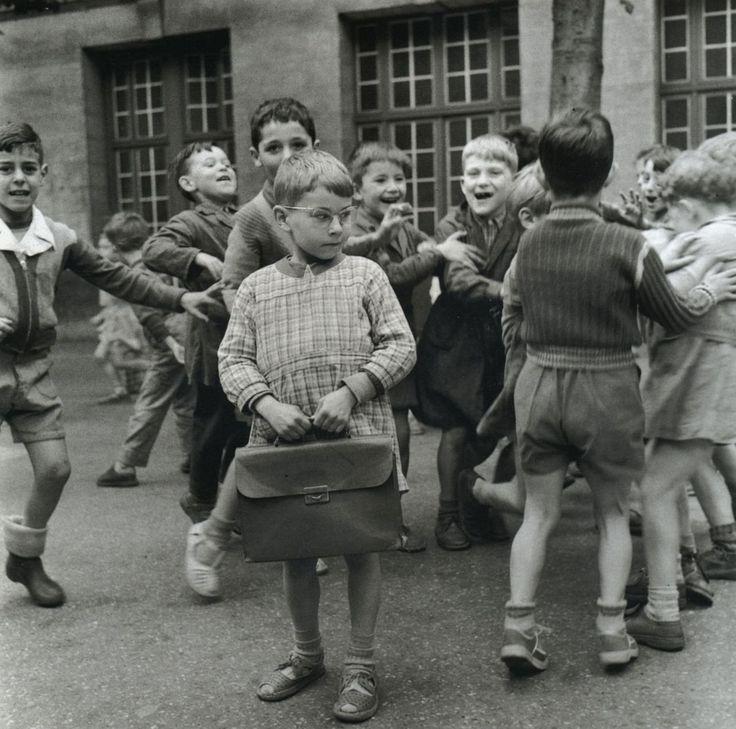 Robert Doisneau - Enfant sage en cour de récréation; Paris, 1954.