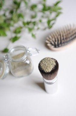Appliquer le shampoing sec au pinceau, masser, brosser, et hop des cheveux propre !