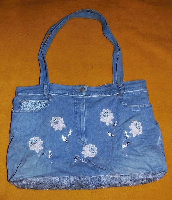 využité vyřazené džíny - vypodšívkovaná taška, s vnitřní kapsičkou, vylepšená krajkovými kytičkami posázenými modrými perličkami, s dovyšitými stonky a lístečky z flitrů