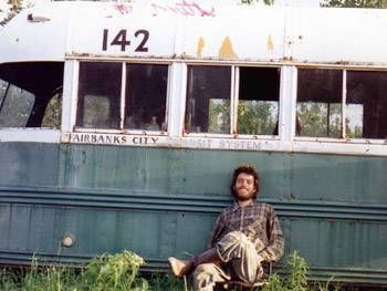 Christopher McCandless Cet étudiant, issu d'une famille aisée et fraîchement diplômé à l'été 1990, décida, en quête d'authenticité, de quitter la vie «civilisée» au profit d'un retour à la vie «sauvage», seul dans la nature. Ce retour à la nature prit la forme d'un périple en direction de la région américaine de l'Alaska. Le corps de cet étudiant fut, en avril 1992, retrouvé décomposé dans un bus abandonné dans une région au nord du mont McKinley.