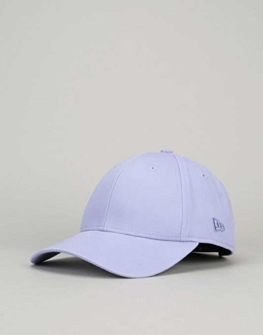 The New Era 9Forty Flag Collection cap is a curved peak visor/Dad cap style hat. With this basic Lavender colourway it's a simple design and with the cotton slider strap it can fit most head shapes. This style of cap is very on trend at the moment and looks great with the small embroidered New Era logo across the back and the small Flag logo on the side in Black.100% CottonNew Era have been making caps since 1920 and are one of the leading headwear manufacturers in the world. Making ...