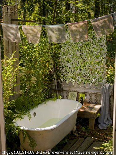 outdoor bath and garden... Someday I will live in a tropical climate and so have this in my back yard!