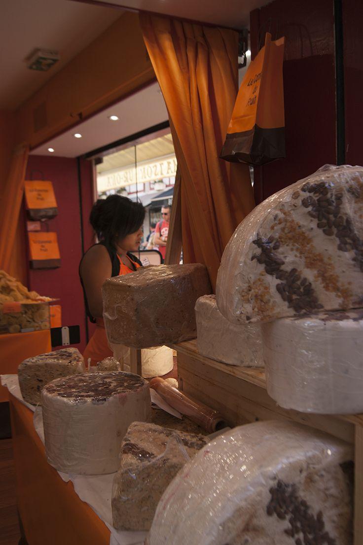 Comercios para turistas en San Juan de Luz (Francia).