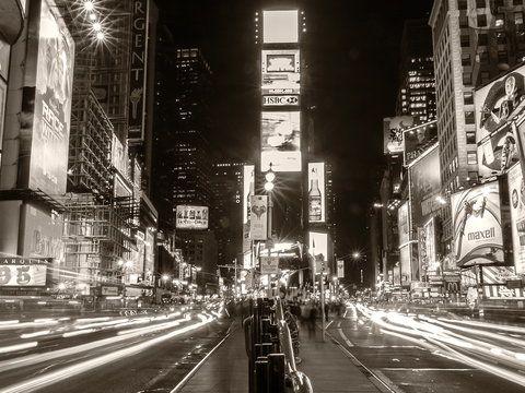 W centrum Nowego Jorku w wypadku samochodowym ginie mężczyzna. Śledczy bezskutecznie próbują znaleźć krewnych ofiary. Zebrane dowody wskazują jednoznacznie, że jest to 30-letni Rudolph Fentz. Nie było...