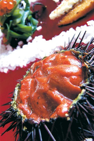 [Il riccio assoluto] 6 ricci di mare; 1 rosetta; 1 limone non trattato; alghe commestibili o asparagi di mare; sale grosso; pepe nero.