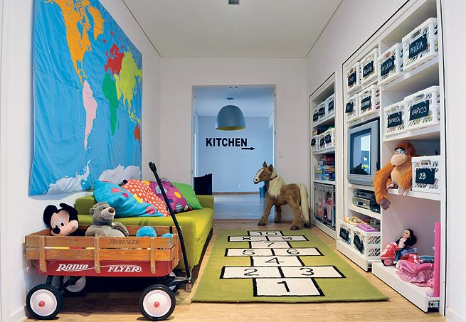 caixas organizadoras com plaquinhas de MDF, pintadas com tinta para lousa. Mudou o conteúdo? É só apagar e escrever de novo