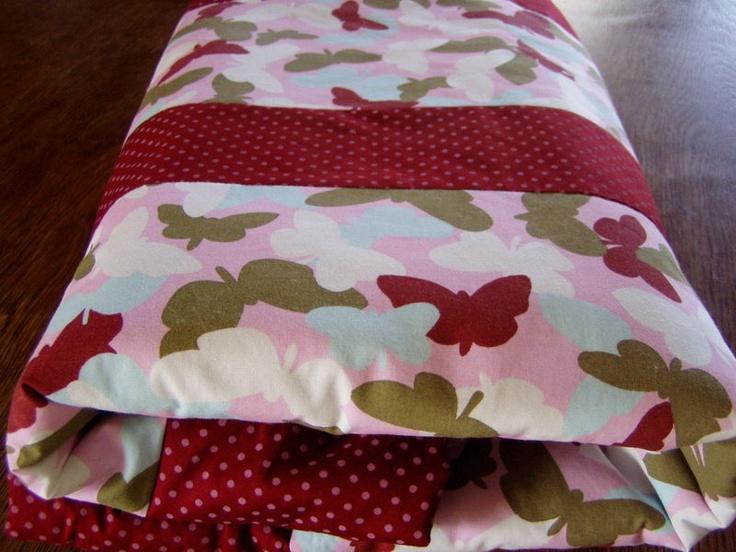 Eine besonders schöne, kuschelige, weiche Babydecke  die zum Spielen, Kuscheln und Krabbeln einläd. Die Vorderseite der Decke ist mit Schmetterling...