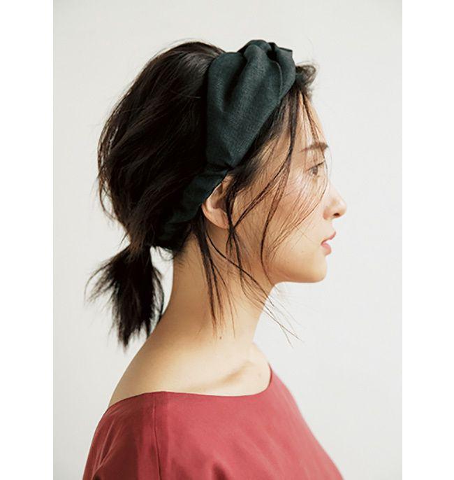 ヘアターバンをつける時は 後れ毛と前髪で立体感を 40代のヘア