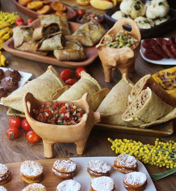Ya llega Septiembre y con estos aires primaverales que hay en Santiago no se puede dejar de pensar en el 18.... y el especial de fiestas patrias chilenas ya está listo! Me fascina el 18 y la comida juega un rol importante en las fiestas, es una época que me gusta mucho cocinar.  En el especial