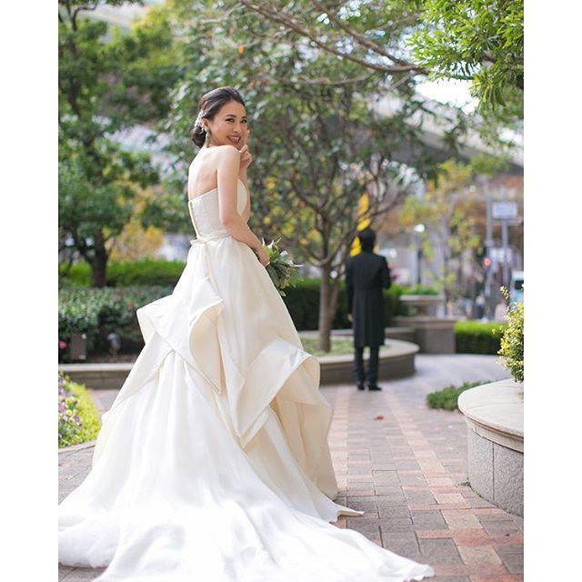 海外のブライダルシーンでは、定番の《ファーストミート》** 花嫁衣装を纏った晴れ姿を、初めて花婿さんに披露する感動的なシーンは、ぜひとも写真におめておきたいですよね♪ 今回は、前撮りや結婚式当日に撮影したい《ファーストミート》の素敵なシーンを、インスタグラムの先輩花嫁さんから学んでみましょう♡