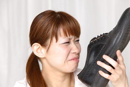 odeur des pieds dans les chaussures : bicarbonate de soude ou gros sel toute une nuit (min 12h)