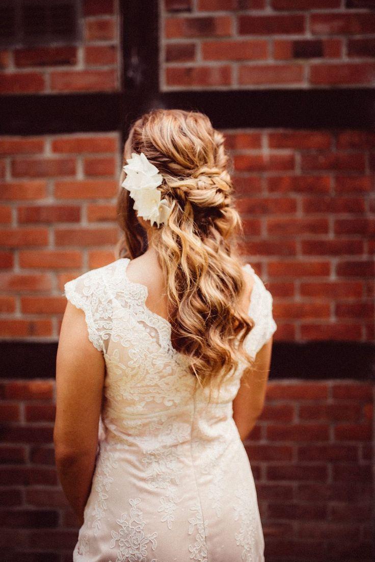 Boho Brautfrisur. Zu den halb offenen Haaren und g…