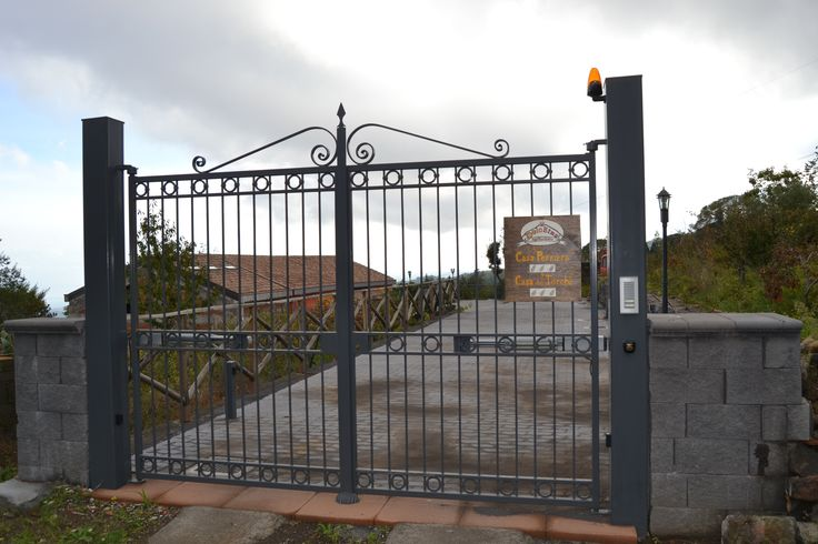 Cancello di entrata Casa dei torchi. Agriturismo DolcEtna