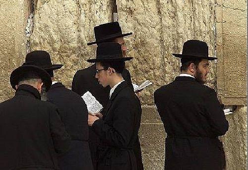 El judaísmo se refiere a la religión, la tradición y la cultura del pueblo judío. Es la más antigua de las tres religiones monoteístas, las así llamadas «religiones del Libro» o «abrahámicas» (junto con el cristianismo y el islam), y la menor de ellas en número de fieles. Del judaísmo se desglosaron, históricamente, las otras dos religiones. Aunque no existe un cuerpo único que sistematice y fije el contenido dogmático del judaísmo, su práctica se basa en las enseñanzas de la Torá. El rasgo…