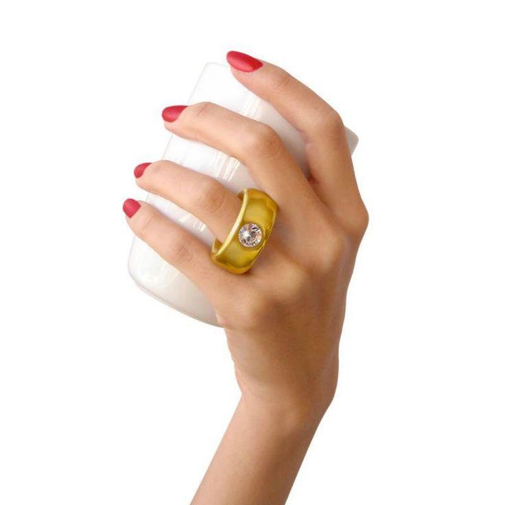 Si estás enamorado, invitala un café y proponele tomarselo en serio. Su presentación es igual de divertida que cruel ya que sólo muestra el anillo de brillantes por si quieres arrodillarte.