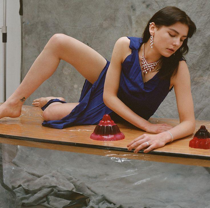 Драгоценные камни и платья из новых коллекций в студии художника
