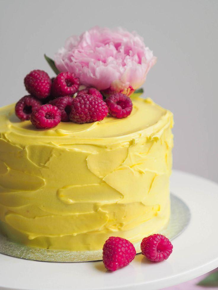 Raikas ja mehevä sitruuna-vadelmakakku on yhdistelmä mehevää kakkupohjaa, raikasta täytettä ja pehmeää kreemiä! Kotimaiset vadelmat kruunavat kakun!