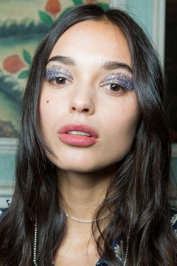 Тенденции макияжа весна-лето 2018 - серебряные тени