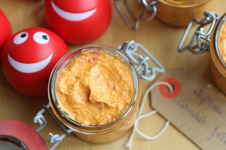 Dipsaus met feta, chilipeper en zongedroogde tomaten