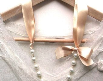 Carrie Bradshaw ha ispirato la collana di perle In nastro di raso crema pesca
