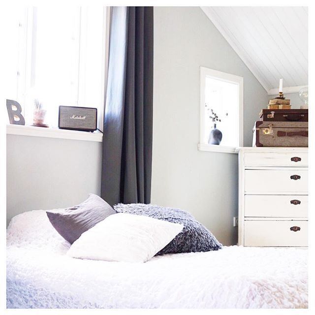 Nu är äntligen den nya sängen beställdSka bli så skönt att slippa lägga sig i en säng som knakar I natt blir det dock att sova i en hotellsäng i Karlstad Sov gott alla! . . #bedroom #bedroominspo #sovrum #sovrumsinspiration #myhome #homeinterior #homestyling #homeinspo #hemochträdgård #scandinavianinterior #scandinavianhome #interior125 #interiordesign #bed #säng #koffert #byrå #myplace #inspo #instagramträffborås2017
