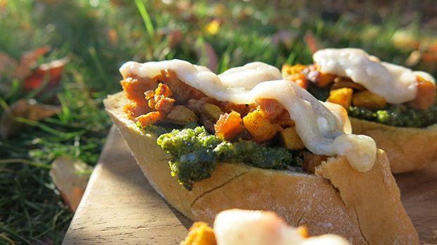 Recipe: Gluten-Free Pumpkin Sausage Kale Pesto Crostini: Kale Pesto, Glutenfr Pumpkin, Pumpkin Sausages, Gluten Free Pumpkin, Thanksgiving Recipes, Gluten Fre Pumpkin, Gluten Fre Recipes, Sausage Kale, Sausages Kale