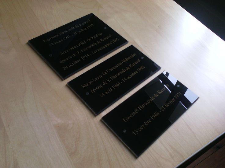 Nous découpons à la taille et gravons vos plaques funéraires avec votre texte, nous réalisons au préalable les maquettes que vous validez par mail. Dans cet exemple, des plaques en plexiglas gravées sur l'envers et dont la gravure a été peinte en doré. #plaque #funéraire #personnalisée #plexiglas