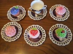 Surtido de cupcakes decorados con buttercream.