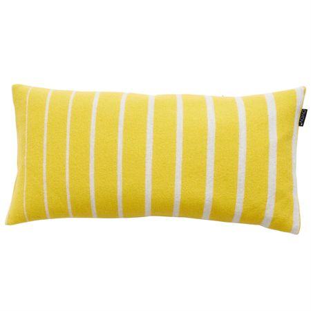 Simple kudde från OYOY. En rolig och fin kudde med ett randigt mönster i gult och vitt. Kudden har en dekorativ lapp med logga som är svart.