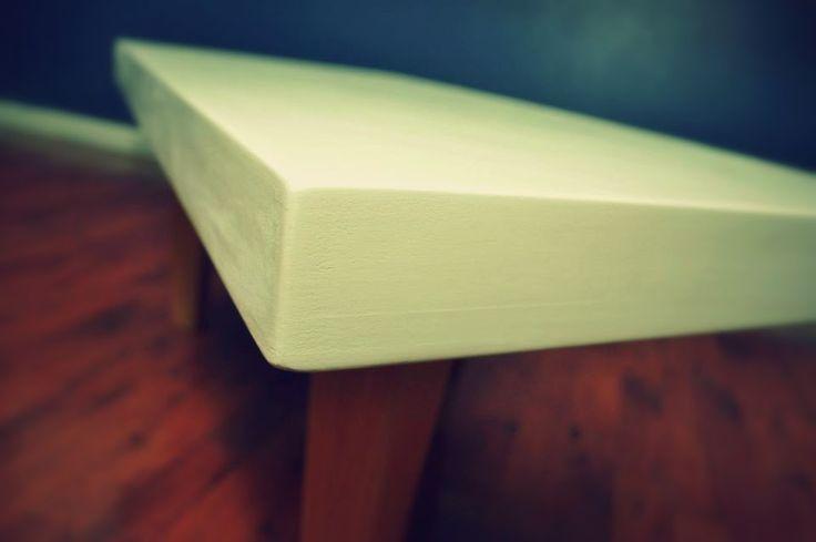 CUBIERTA construida con despuntes de madera, acabado color blanco opaco.