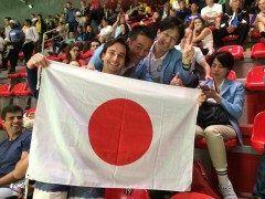 リオの熱き戦いをメンタルトレーナーチームが語る リオデジャネイロ報告会  2016年8月21日19時スタート 参加費3500円(税抜)   連日日本のメダルラッシュに沸くリオ  年に一度のスポーツの祭典 この一瞬のために血の滲むような努力と 押し潰れそうなほどのプレッシャーにさいなまれながら 戦い続けた世界各国のトップアスリートたち 行かなければ味わえない空気感がそこにはあります 年後次は東京で行われるからこそこの空気感とリアルを 自分の心に焼きつけていくことが求められます  アイディアではアテネから毎回携わっており今回で5回目となります  現地を知る経験があるかないかはメンタルトレーナーとしても大きな経験値の差となります  現地を経験したメンタルトレーナーチームの熱いリアルな声を あなたも自分に吸収してください  こんなチャンスはめったにない  全国をWEB中継で全国同時開催します  現地を知るメンタルトレーナーの生の声が聴けるから あなたの疑問や質問にも直接お答えします  ぜひお越しください    リオの熱き戦いをメンタルトレーナーチームが語る リオデジャネイロ報告会…