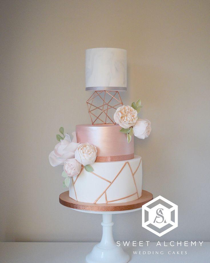Moderne Hochzeitstorte aus Kupfer und Roségold mit geometrischem Kupfermuster, …   – Backen