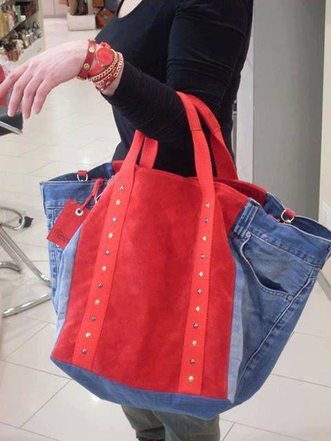 Jean reciclado combinado con tela roja.