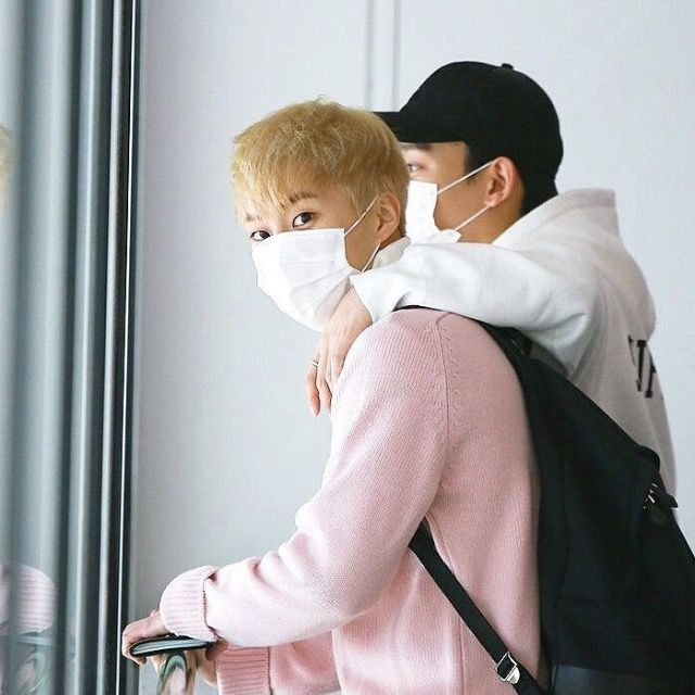 When xiuchen wants some alone time at the aiport but Minseok'ss sees they got caught #xiuchen #xiumin #chen #exo #kpop