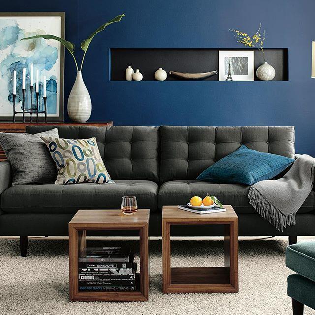 В процессе разработки мебели дизайнеры ищут вдохновения в различных сферах жизни. К примеру, на создание дивана Petrie, выполненного в эстетике 60-ых годов, дизайнеры Crate and Barrel вдохновились материалами, которые используют портные для пошива мужской одежды. #crateandbarrelru #crateandbarrel #мебель #дизайн #интерьер #дом #уют