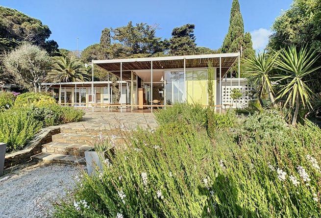 A Vendre Une Maison De Vacances Des Freres Prouve Face A La Mediterranee Ad Magazine En 2020 Maison De Vacances Agence Architecture Maison
