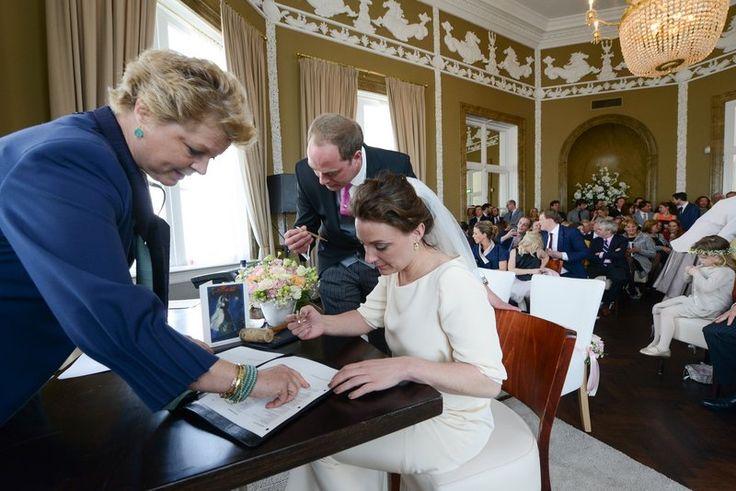 Huwelijksakte tekenen met een gouden pen met inscriptie