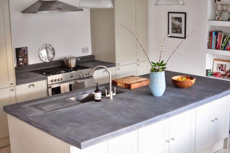 plan de travail en béton ciré pour l' îlot de cuisine avec plaques à gaz