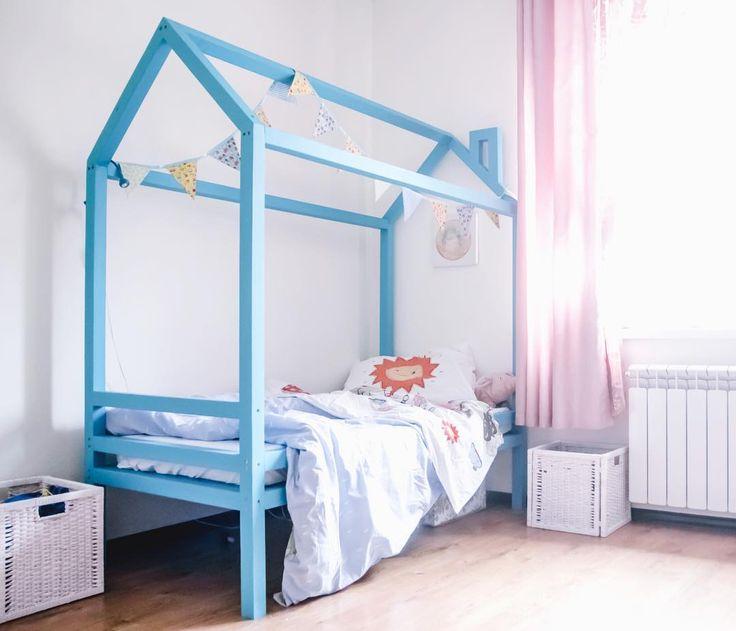 Детская кроватка Домик. Кровать изготовлена из Бруса сосны 5x5cm и окрашена стойкой к износу и безопасной краской. Размер Длина 170см Высота 175см Ширина 80см Реечное дно для матраса 160x70x10см Окрас в любой цвет по вашему желанию. Также возможно изготовить кровать под размер вашего матраса. Домик создает прекрасное состояние уюта и замечательно подчеркивает интерьер детской комнаты он эргономичен в использовании и дает большие возможности для детской фантазии. Домик как и полагается ему…
