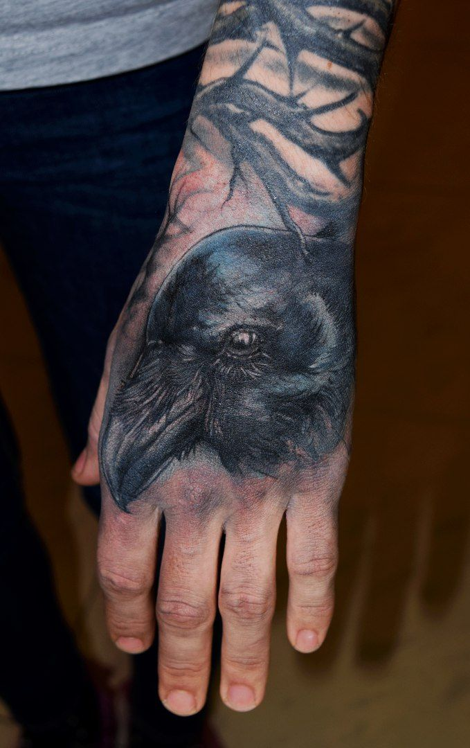 Татуировка на кисти у парня - ворон