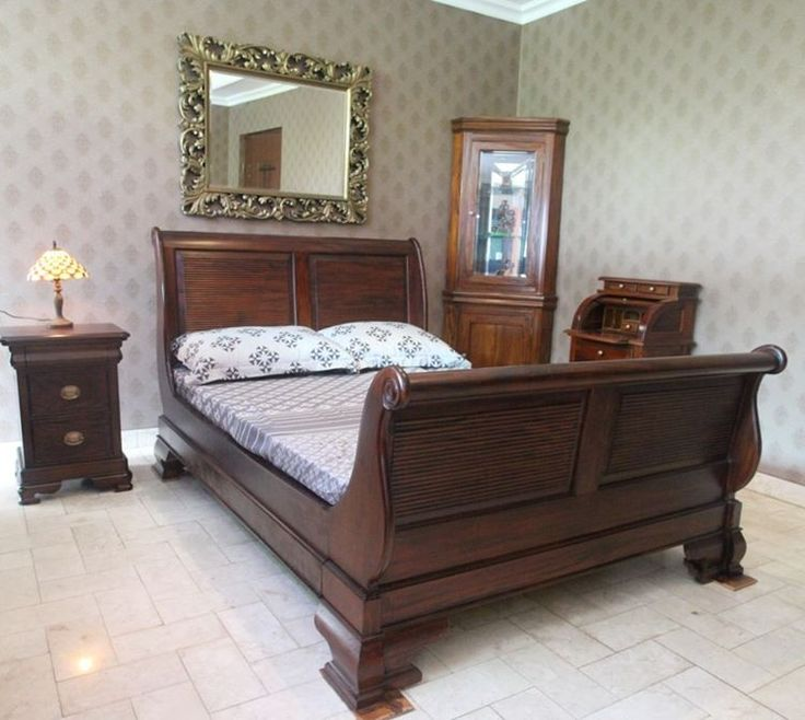 Antique Style Mahogany Wood Queen Size Highfoot Sleigh Bed