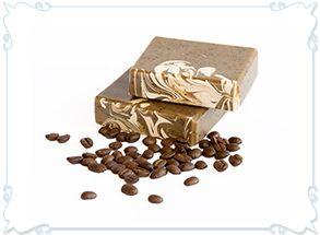 Koffie: een natuurlijke zeep met biologische koffieolie en fijngemaken fairtrade koffie voor een lichte scrub.Van Zeepziederij aan het IJ.