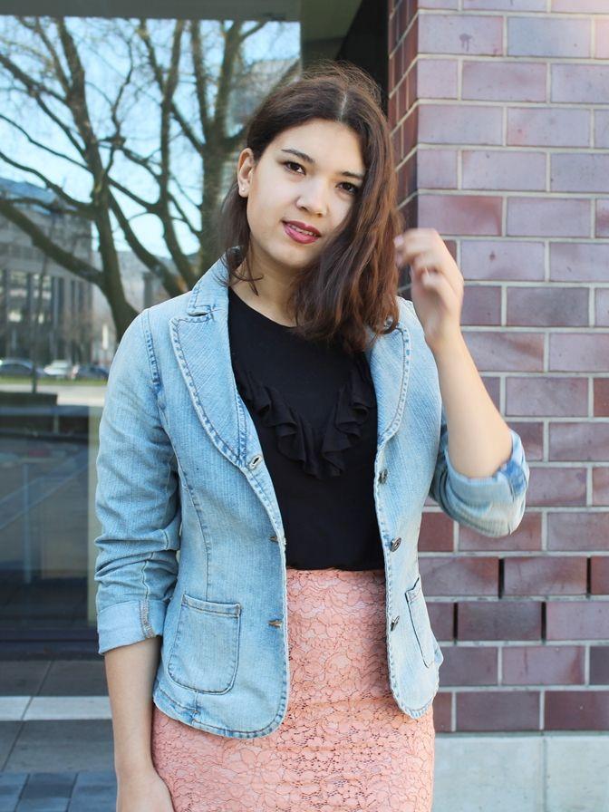 Volant Trend: So style ich mein Shirt mit Jeansjacke und Spitzenrock