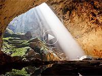 VIDEO   NAVIGABILE  A volo d'uccello sulle leggendarie cascate al confine tra Zambia e Zimbabwe. E appena prima del grande salto, la piscina d'acqua nota come  devil's pool  dove qualche temerario azzarda un bagno...