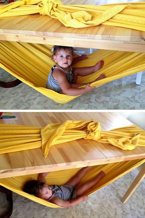 Réalisez pour bébé un hamac sous la table avec une écharpe de portage