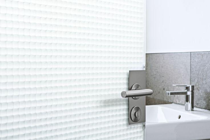 Bei uns bekommen Sie die Tür aus Acrylglas-Wabencomposite. Das Design ist sachlich-minimalistisch. Im Vordergrund stehen die dreidimensionale Tiefenwirkung und die organisch Erscheinende Lebendigkeit der Wabenstruktur. Je nach Betrachtungswinkel ergeben sich durch die Lichtstreuung unterschiedlichste Effekte – von klarer Durchsicht bis zu diffusem Lichtspiel.Das Material lässt sich als Schiebetüre , Drehtüre, stumpf einschlagende Objekttüre in den Stärken 20mm, 25mm 40mm – 80mm ausführen.