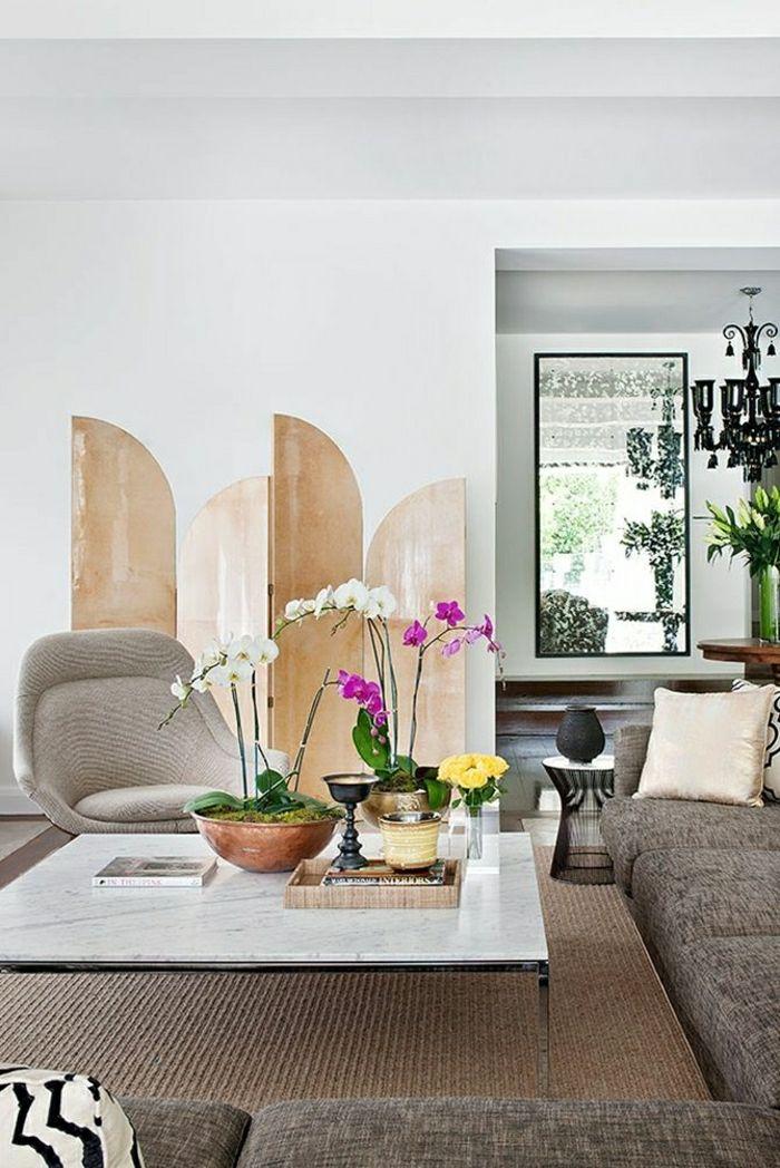 table basse marbre blanche, mur blanc, canapé, salon moderne lumineux, plafond blanc