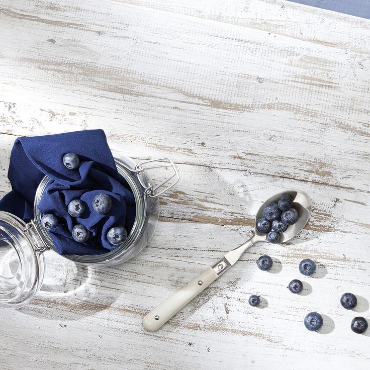 Blaubeeren haben es in sich. Ein Abc an Vitaminen, wertvolle Inhaltsstoffe wie Eisen, Calcium und Magnesium, jede Menge Geschmack und nicht zuletzt eine intensive, schöne Farbe. Wir haben uns von dem kleinen Früchtchen inspirieren lassen und bringen den bezaubernden Beerenton frisch aus dem Obstgarten an die Strümpfe: Für den Tagesbedarf Lebensfreude! Besuche jetzt die Gewürzwelt von Juzo – Kompressionsstrümpfe für jeden Geschmack.