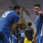 Lawan Borneo FC, Ini Target Umuh Buat Persib  Bek Persib, Tony Sucipto (kanan) berbincang dengan Vladimir Vujovic saat latihan jelang final Piala Bhayangkara 2016 di Stadion GBK Jakarta, Sabtu (2/4/2016). http://rock.ly/mzvnb