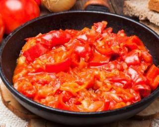 Ratatouille cramoisie à tartiner tomates, oignons, poivrons et piment : http://www.fourchette-et-bikini.fr/recettes/recettes-minceur/ratatouille-cramoisie-tartiner-tomates-oignons-poivrons-et-piment.html